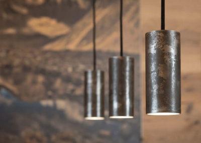 Drei Lampen mit klarem Design und versteckten Kabeln