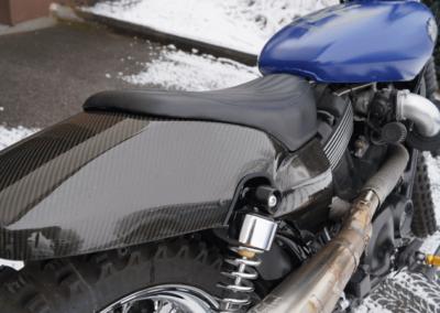 Das mit Carbon umhüllte Heckteil macht sich auf der Harley großartig