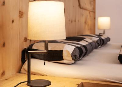 Die Side Curved Beistelllampe von Mon de Fer bringt besonders harmonisches Licht